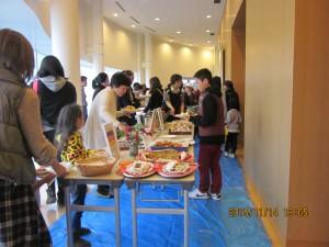 9ケ国17種類の料理に長い列ができました。